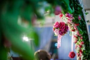 ซุ้มโค้งดอกไม้ เป็นทางเข้างานจากโต๊ะจีนลุงประดิษฐ์